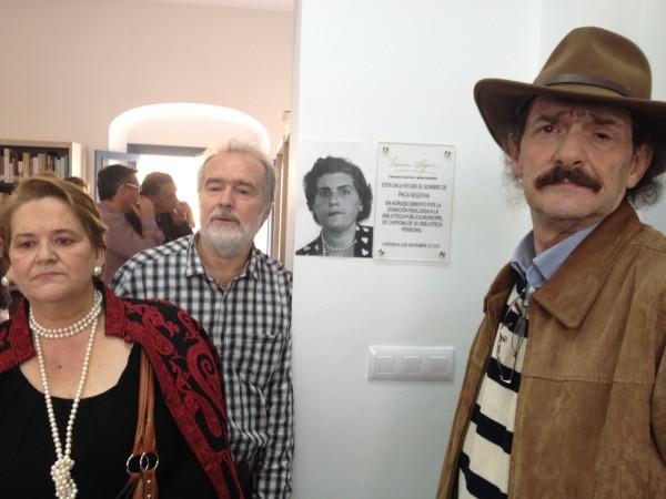 Gonzalo, Carmen y Javier García-PElayo en la inauguración de la sala de Paca Segovia, su madre.
