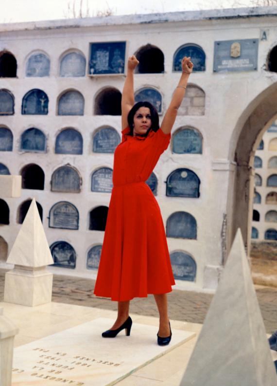 Carmen Albéniz en Manuela, bailando sobre la tumba